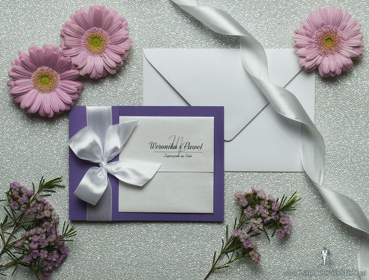 Ciekawe w formie eleganckie zaproszenia ślubne z wkładanym wnętrzem, białą wstążką oraz okładką z fioletowego papieru perłowego. ZAP-73-85