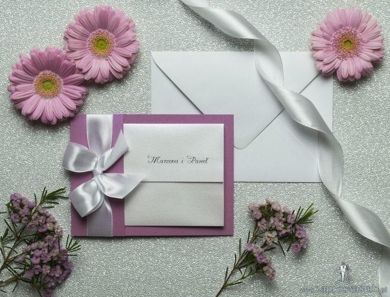 Ciekawe w formie eleganckie zaproszenia ślubne z wkładanym wnętrzem, wstążką w kolorze białym oraz okładką z różanego papieru perłowego. ZAP-73-82 - ZaprosNaSlub