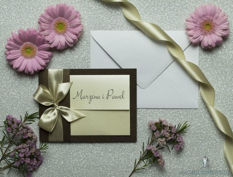 Ciekawe w formie eleganckie zaproszenia ślubne z wkładanym wnętrzem, wstążką w kolorze kawa z mlekiem z brązowego papieru perłowego. ZAP-73-81 - ZaprosNaSlub