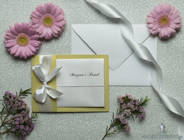 Ciekawe w formie eleganckie zaproszenia ślubne z wkładanym wnętrzem, biała wstążką oraz okładką ze złotego papieru ozdobnego. ZAP-73-59 - ZaprosNaSlub