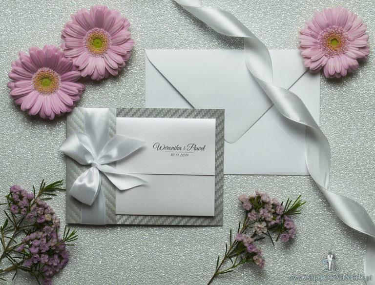 Ciekawe w formie eleganckie zaproszenia ślubne z wkładanym wnętrzem, białą wstążką oraz okładką ze srebrnego papieru z ciekawym motywem ozdobnym. ZAP-73-39 - ZaprosNaSlub
