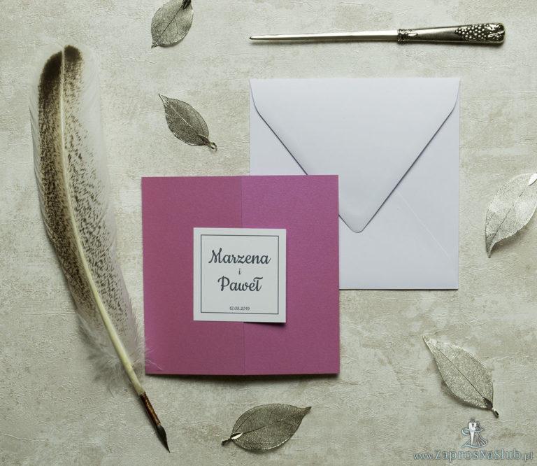 Stylowe zaproszenia ślubne w kolorze różanym, rozkładane na trzy części, z przyklejanym wnętrzem oraz motywem tekstowym. ZAP-74-82 - ZaprosNaSlub