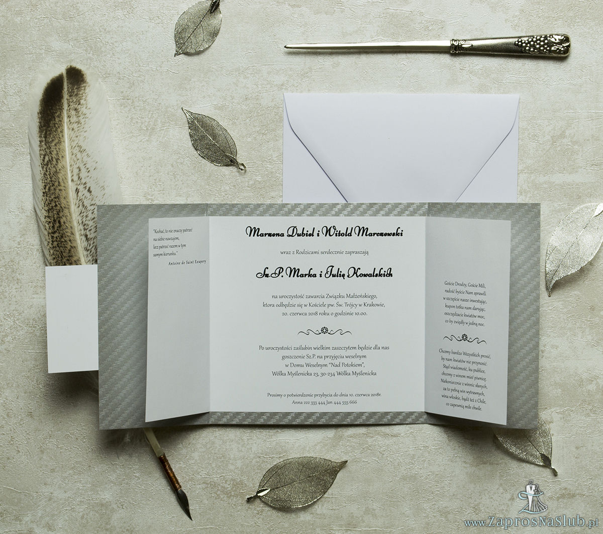 Stylowe zaproszenia ślubne na srebrnym papierze ozdobnym, rozkładane na trzy części, z przyklejanym wnętrzem oraz motywem tekstowym. ZAP-74-39