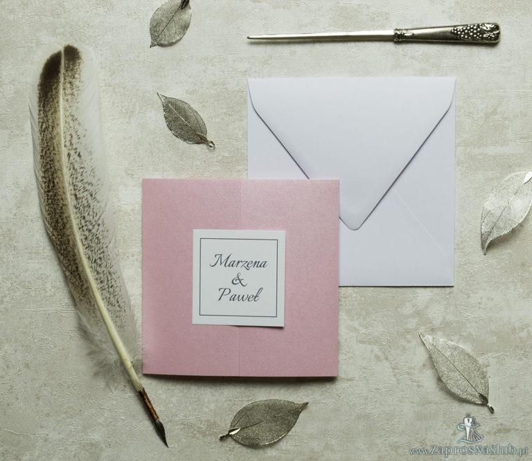 Stylowe zaproszenia ślubne w kolorze różowym, rozkładane na trzy części, z przyklejanym wnętrzem oraz motywem tekstowym. ZAP-74-93 - ZaprosNaSlub