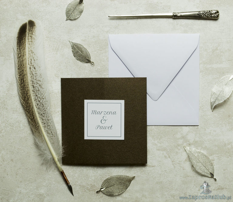 Stylowe zaproszenia ślubne w kolorze brązowym, rozkładane na trzy części, z przyklejanym wnętrzem oraz motywem tekstowym. ZAP-74-81 - ZaprosNaSlub