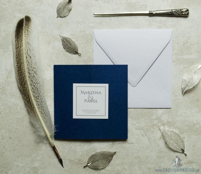 Stylowe zaproszenia ślubne w kolorze niebieskim, rozkładane na trzy części, z przyklejanym wnętrzem oraz motywem tekstowym. ZAP-74-86 - ZaprosNaSlub