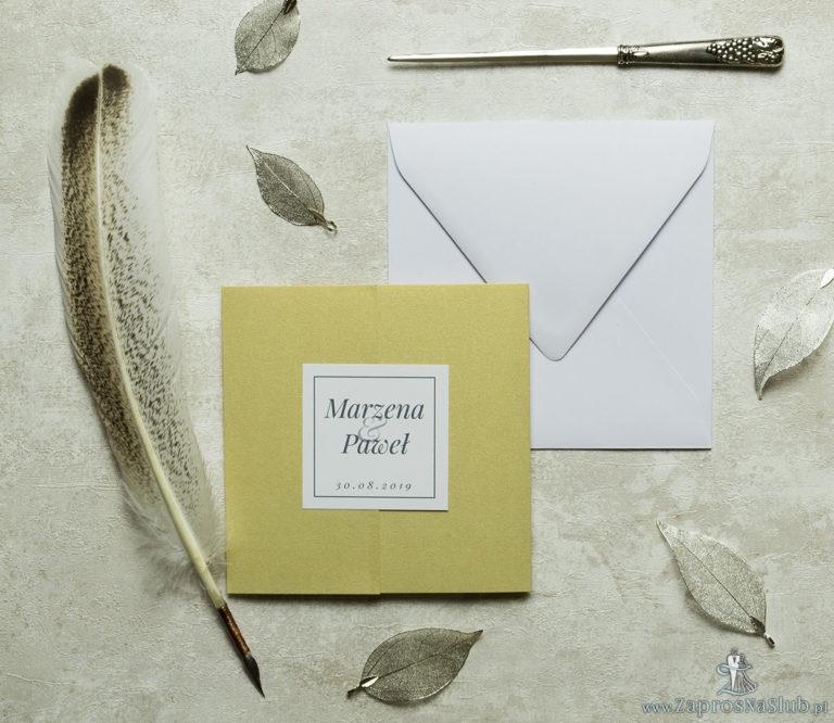 Stylowe zaproszenia ślubne na złotym papierze ozdobnym, rozkładane na trzy części, z przyklejanym wnętrzem oraz motywem tekstowym. ZAP-74-59 - ZaprosNaSlub
