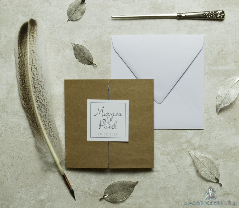 Stylowe zaproszenia ślubne na papierze ekologicznym, rozkładane na trzy części, z przyklejanym wnętrzem oraz motywem tekstowym. ZAP-74-77 - ZaprosNaSlub
