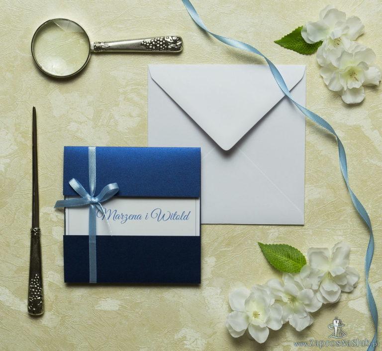 Przyciągające eleganckie zaproszenia ślubne z kwadratowym wnętrzem, wstążką koloru jasnobłękitnego i ciekawie wyciętą okładką z niebieskiego, perłowego papieru. ZAP-79-86 - ZaprosNaSlub
