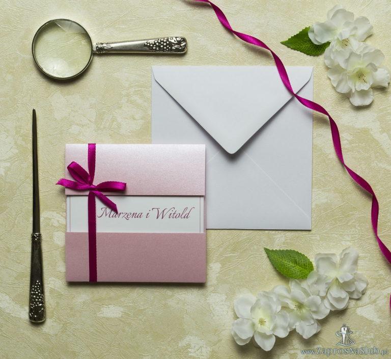Przyciągające eleganckie zaproszenia ślubne z kwadratowym wnętrzem, wstążką w intensywnym – malinowym kolorze i ciekawie wyciętą okładką z różowego, perłowego papieru. ZAP-79-93 - ZaprosNaSlub
