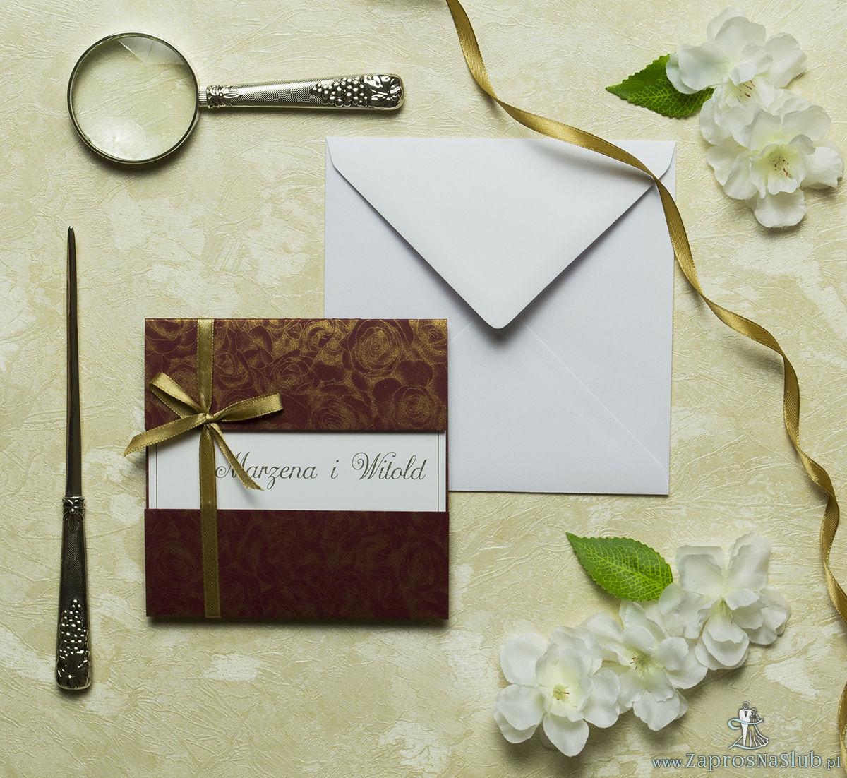 Przyciągające eleganckie zaproszenia ślubne z kwadratowym wnętrzem, wstążką koloru jasnobrązowego i ciekawie wyciętą okładką z bordowego papieru z motywem złotych róż. ZAP-79-52