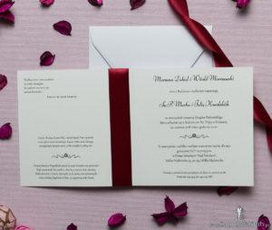 Kwadratowe zaproszenia ślubne z sercem składającym się z czterech nałożonych na siebie serc oraz z ciemnoczerwoną wstążką. ZAP-84-03