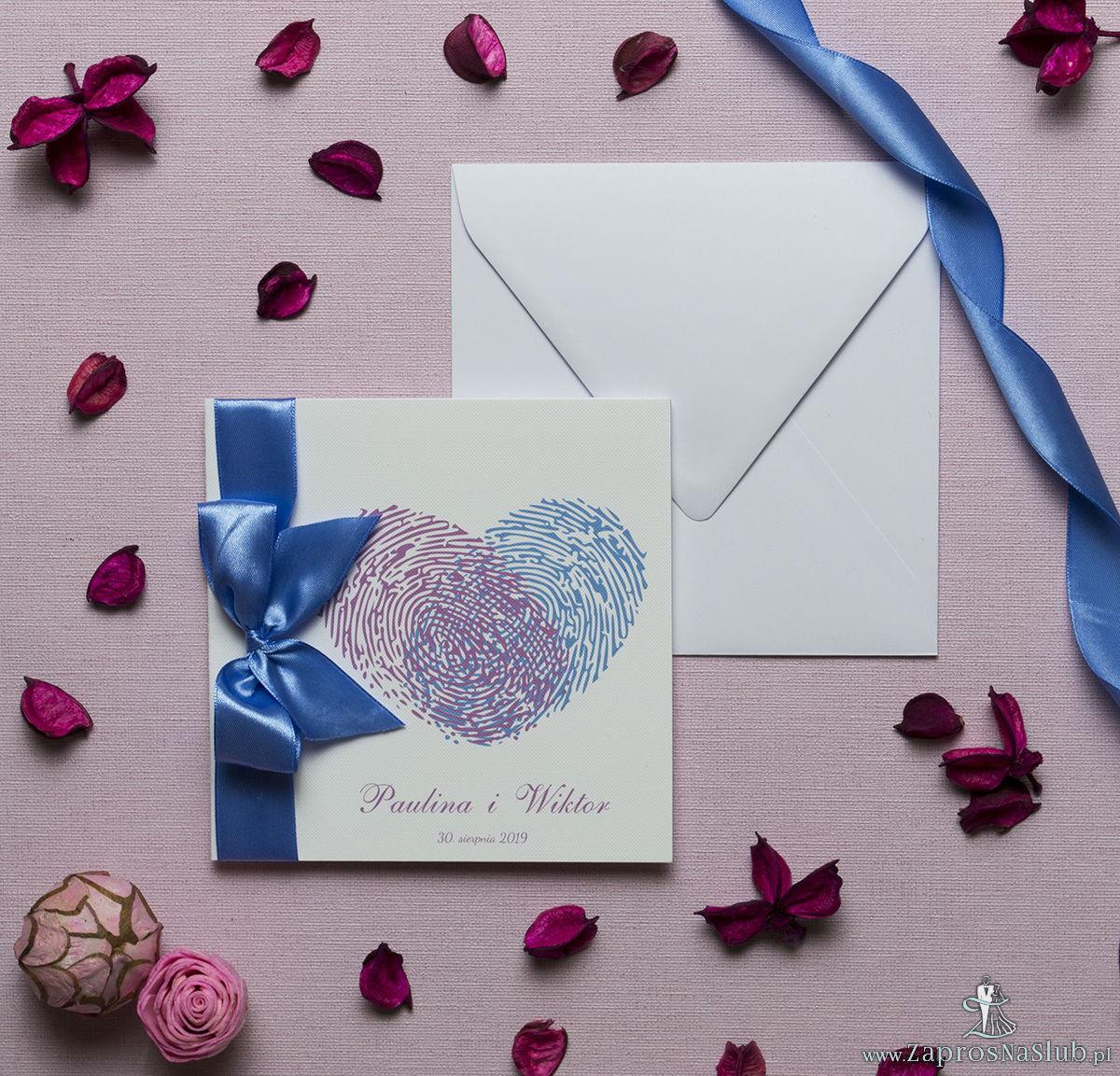 Kwadratowe zaproszenia ślubne z sercem składającym się z odcisków palców oraz z niebieską wstążką. ZAP-84-04