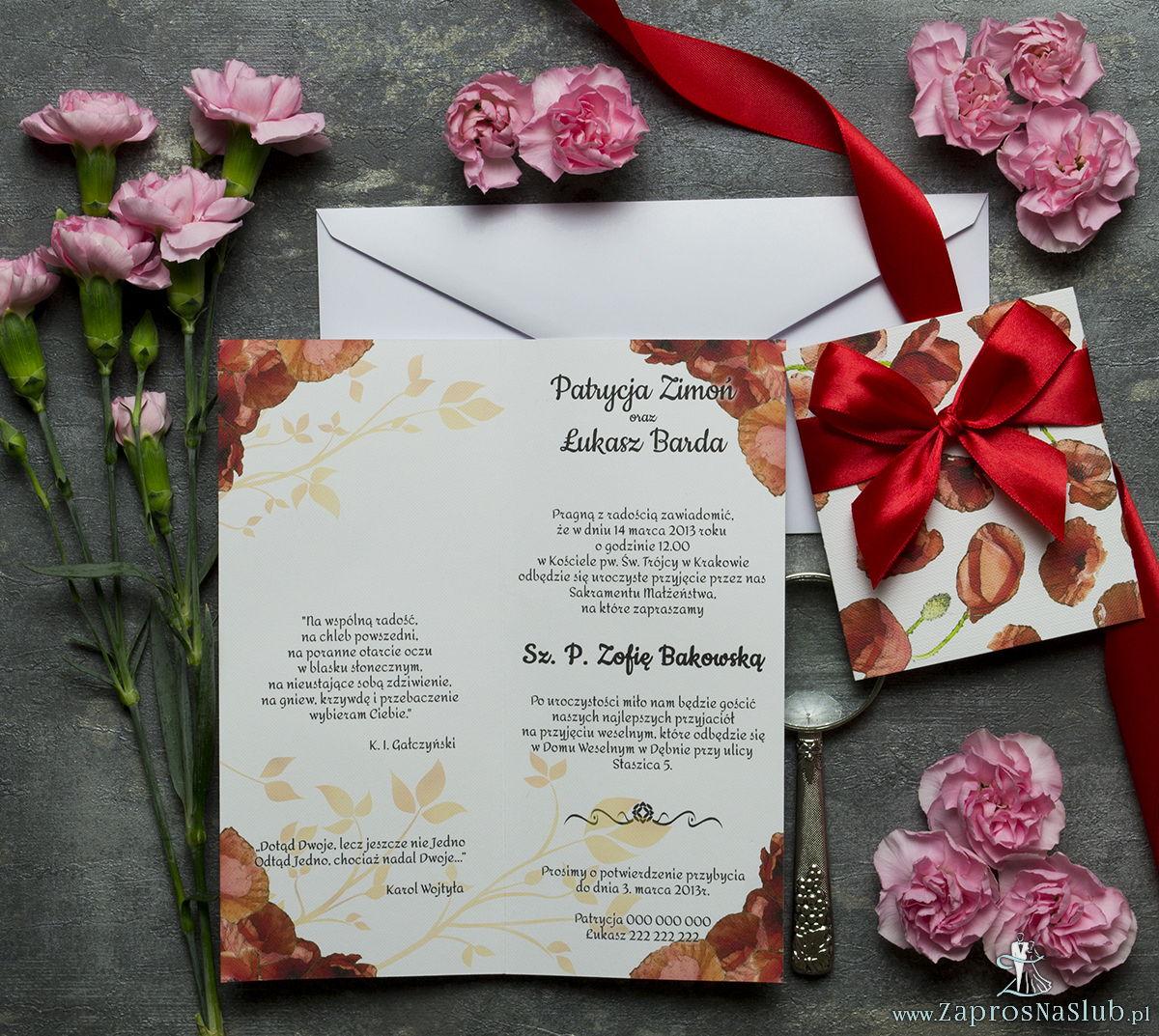 Niebanalne kwiatowe zaproszenia ślubne. Kwiaty - czerwone maki, czerwona wstążka i wnętrze wkładane w okładkę. ZAP-90-03