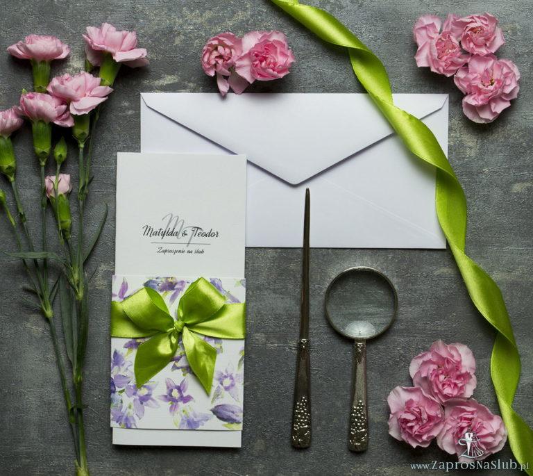 ZaprosNaSlub - Zaproszenia ślubne, personalizowane, boho, rustykalne, kwiatowe księga gości, zawieszki na alkohol, winietki, koperty, plany stołów - Niebanalne kwiatowe zaproszenia ślubne. Fioletowo-zielone kwiaty, pistacjowa wstążka i wnętrze wkładane w okładkę. ZAP-90-04