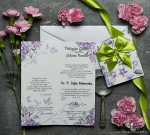 Niebanalne kwiatowe zaproszenia ślubne. Fioletowo-zielone kwiaty, pistacjowa wstążka i wnętrze wkładane w okładkę. ZAP-90-04