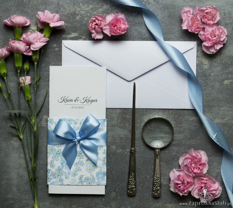 Niebanalne kwiatowe zaproszenia ślubne. Kwiaty niezapominajki, błękitna wstążka i wnętrze wkładane w okładkę. ZAP-90-05 - ZaprosNaSlub