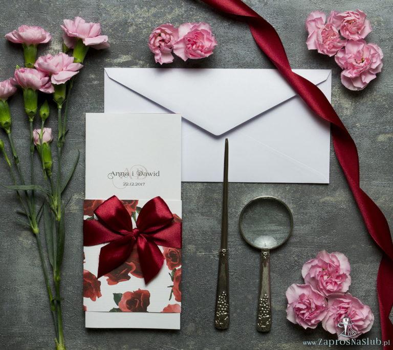 Niebanalne kwiatowe zaproszenia ślubne. Kwiaty – czerwone róże, bordowa wstążka i wnętrze wkładane w okładkę. ZAP-90-06 - ZaprosNaSlub