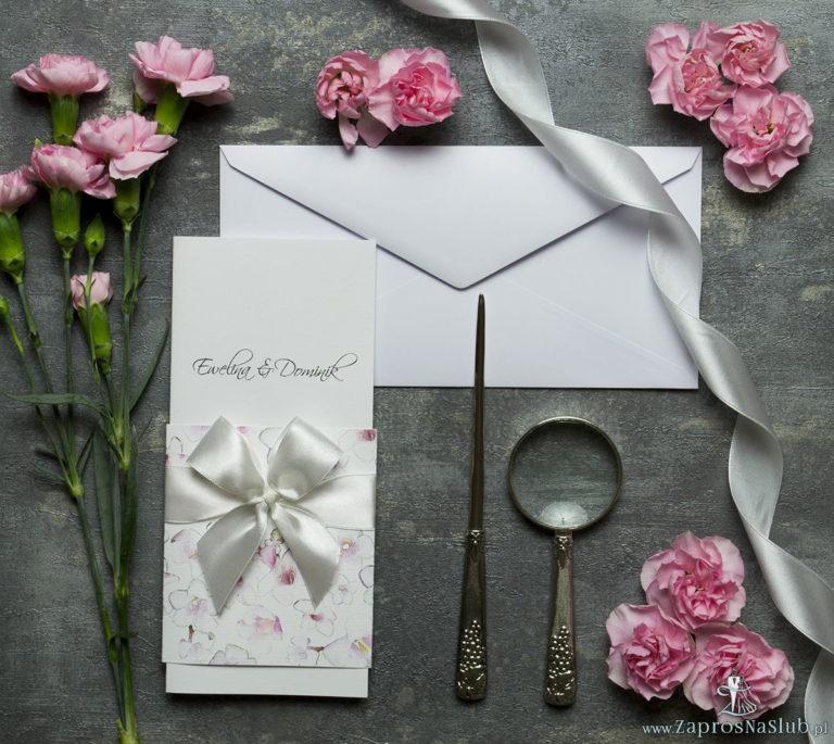 Niebanalne kwiatowe zaproszenia ślubne. Różowo-białe kwiaty, biała wstążka i wnętrze wkładane w okładkę. ZAP-90-07 - ZaprosNaSlub