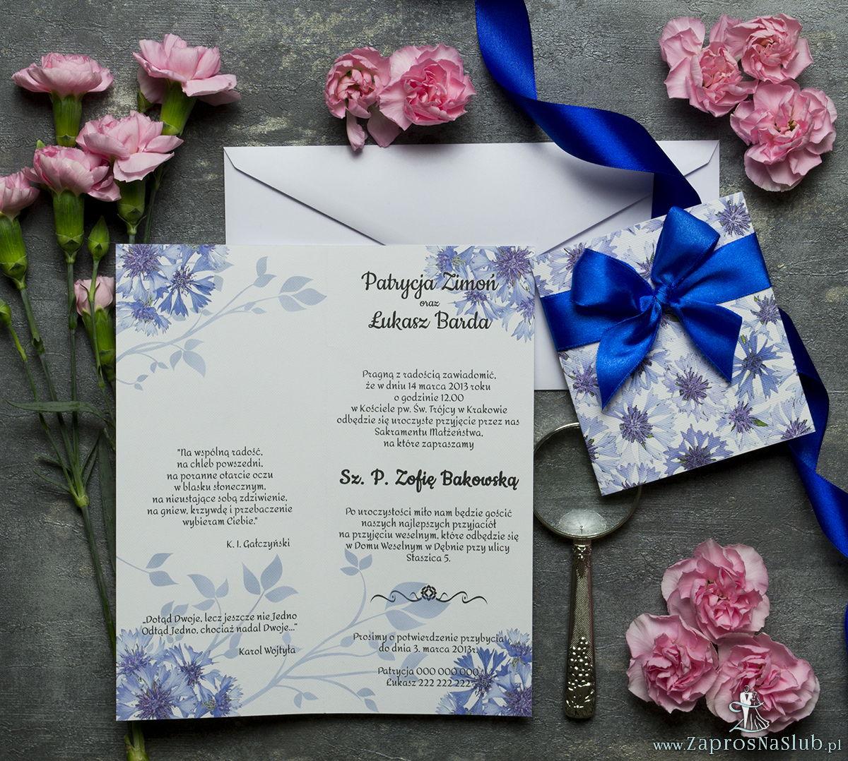 Niebanalne kwiatowe zaproszenia ślubne. Kwiaty - chabry, bławatki, ciemnoniebieska wstążka i wnętrze wkładane w okładkę. ZAP-90-08