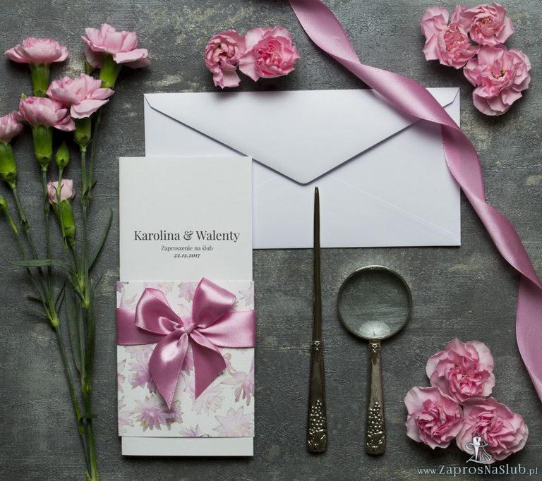Niebanalne kwiatowe zaproszenia ślubne. Różowe kwiaty, wstążka w kolorze brudny róż i wnętrze wkładane w okładkę. ZAP-90-09 - ZaprosNaSlub