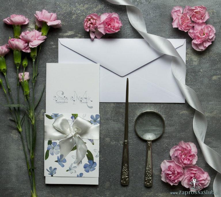 Niebanalne kwiatowe zaproszenia ślubne. Niebiesko-białe kwiaty, biała wstążka i wnętrze wkładane w okładkę. ZAP-90-10 - ZaprosNaSlub