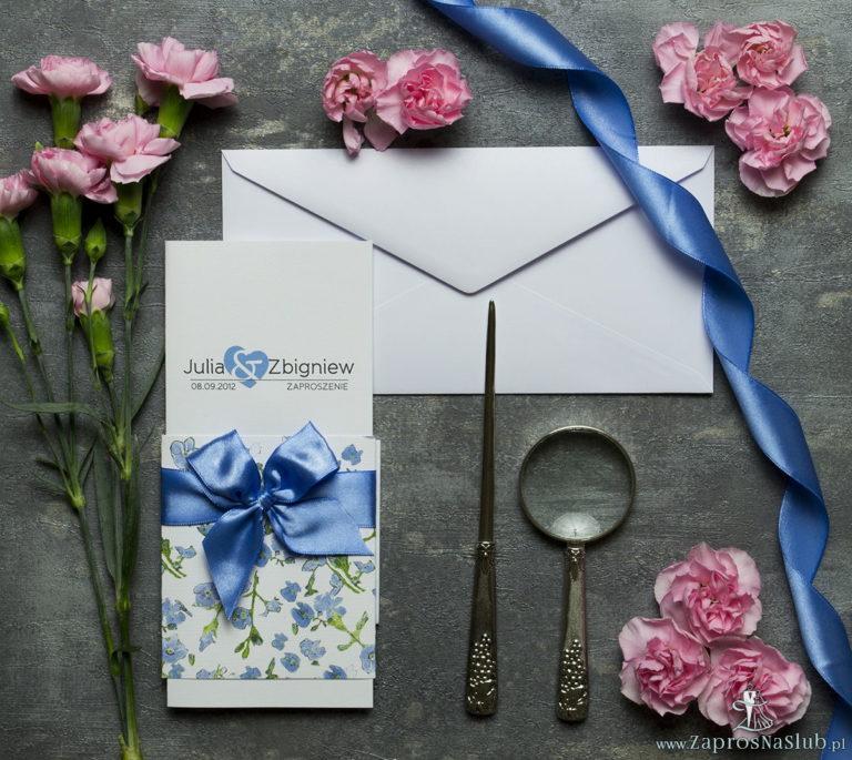 Niebanalne kwiatowe zaproszenia ślubne. Niebiesko-zielony motyw kwiatowy, niebieska wstążka i wnętrze wkładane w okładkę. ZAP-90-11 - ZaprosNaSlub