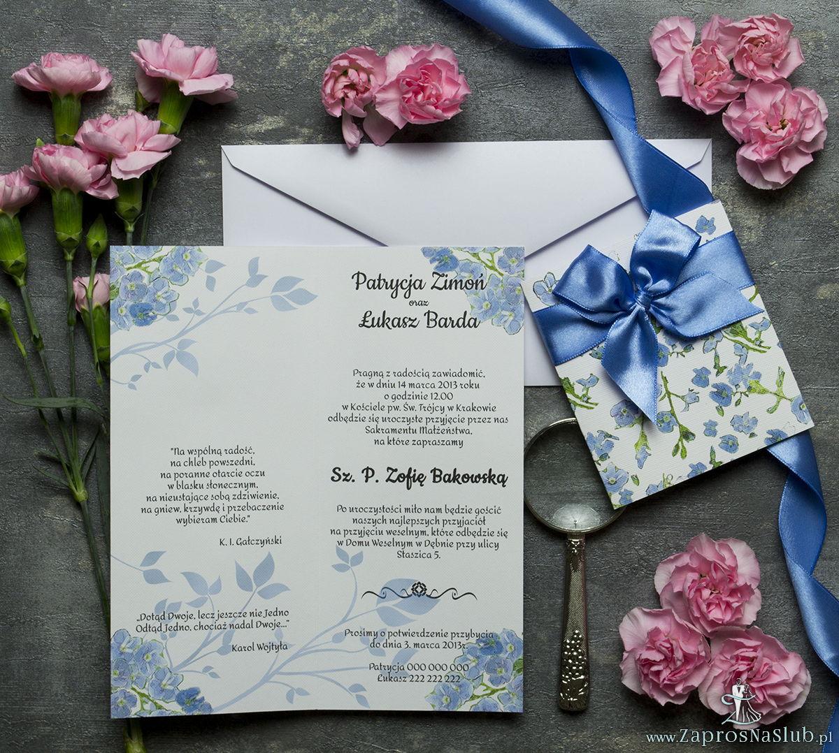 Niebanalne kwiatowe zaproszenia ślubne. Niebiesko-zielony motyw kwiatowy, niebieska wstążka i wnętrze wkładane w okładkę. ZAP-90-11