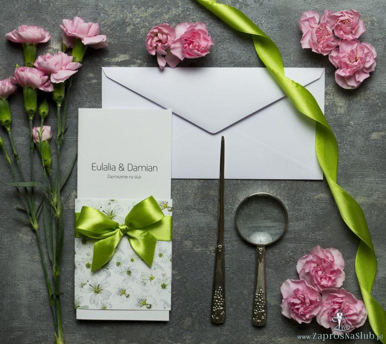Niebanalne kwiatowe zaproszenia ślubne. Piękne, drobne, jasne kwiaty, pistacjowa wstążka i wnętrze wkładane w okładkę. ZAP-90-12 - ZaprosNaSlub