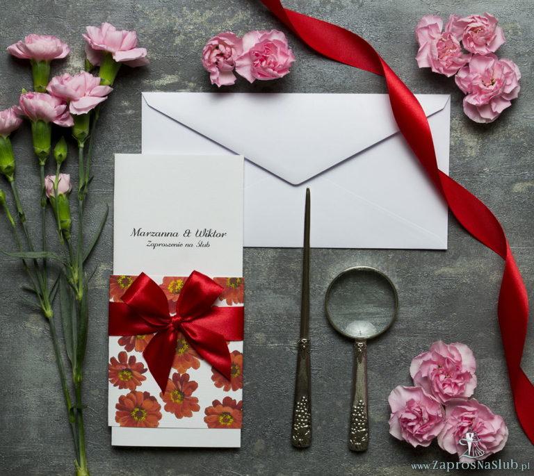 Niebanalne kwiatowe zaproszenia ślubne. Kwiaty – gerbera, czerwona wstążka i wnętrze wkładane w okładkę. ZAP-90-14 - ZaprosNaSlub