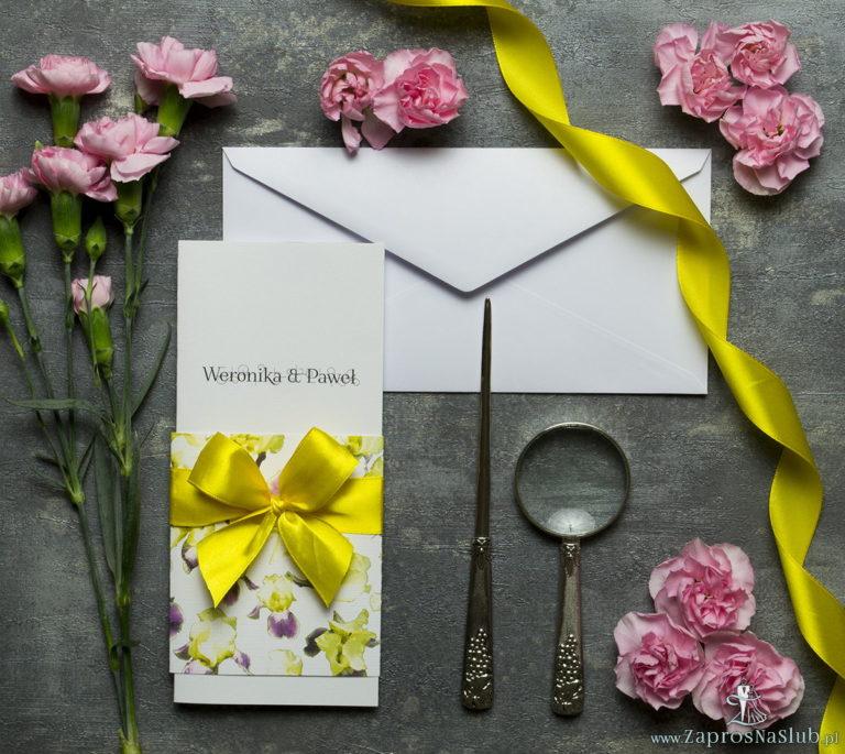 Niebanalne kwiatowe zaproszenia ślubne. Kwiaty – zółto-fioletowe irysy, żółta wstążka i wnętrze wkładane w okładkę. ZAP-90-15 - ZaprosNaSlub