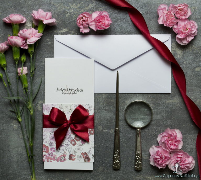 Niebanalne kwiatowe zaproszenia ślubne. Kwiaty – goździki w odcieniach różu, czerwieni i bieli, ciemnoczerwona wstążka i wnętrze wkładane w okładkę. ZAP-90-16 - ZaprosNaSlub