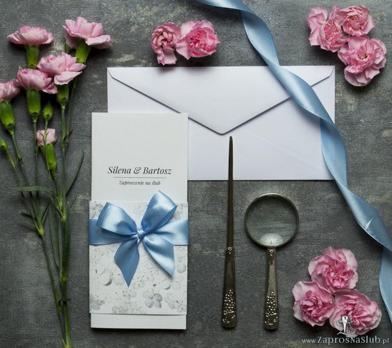 Niebanalne kwiatowe zaproszenia ślubne. Białe kwiaty kaliny, błękitna wstążka i wnętrze wkładane w okładkę. ZAP-90-18 - ZaprosNaSlub