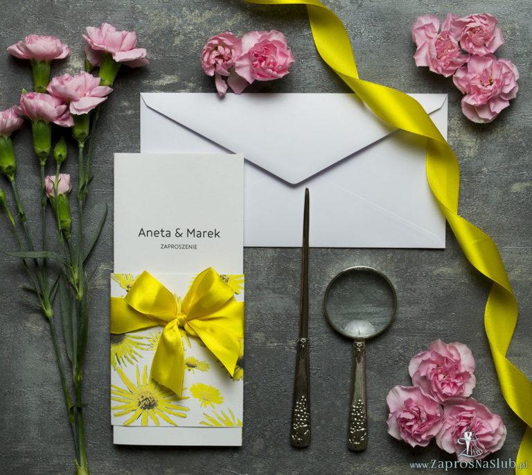Niebanalne kwiatowe zaproszenia ślubne. Kwiaty – słoneczniki, żółta wstążka i wnętrze wkładane w okładkę. ZAP-90-19 - ZaprosNaSlub