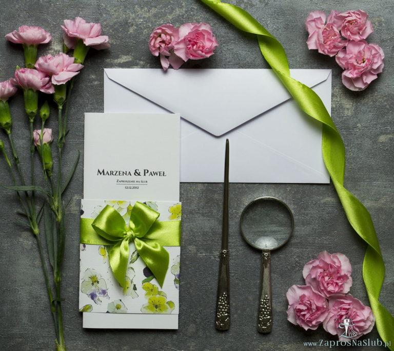 ZaprosNaSlub - Zaproszenia ślubne, personalizowane, boho, rustykalne, kwiatowe księga gości, zawieszki na alkohol, winietki, koperty, plany stołów - Niebanalne kwiatowe zaproszenia ślubne. Kwiaty – bratki, zielona wstążka i wnętrze wkładane w okładkę. ZAP-90-20