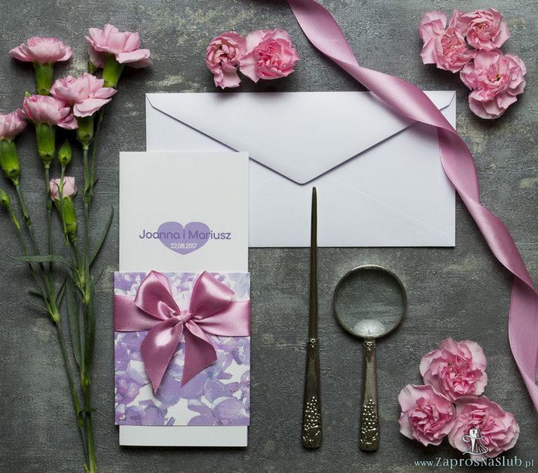 ZaprosNaSlub - Zaproszenia ślubne, personalizowane, boho, rustykalne, kwiatowe księga gości, zawieszki na alkohol, winietki, koperty, plany stołów - Niebanalne kwiatowe zaproszenia ślubne. Kwiaty bzu, różowa wstążka i wnętrze wkładane w okładkę. ZAP-90-21