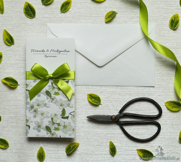 Zjawiskowe zaproszenia ślubne z kwiatami jabłoni, przewiązane wstążką satynowaną w kolorze oliwkowym. ZAP-92-01 - ZaprosNaSlub