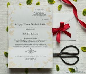 Zjawiskowe zaproszenia ślubne z czerwonymi makami, przewiązane wstążką satynowaną w podobnym kolorze. ZAP-92-03