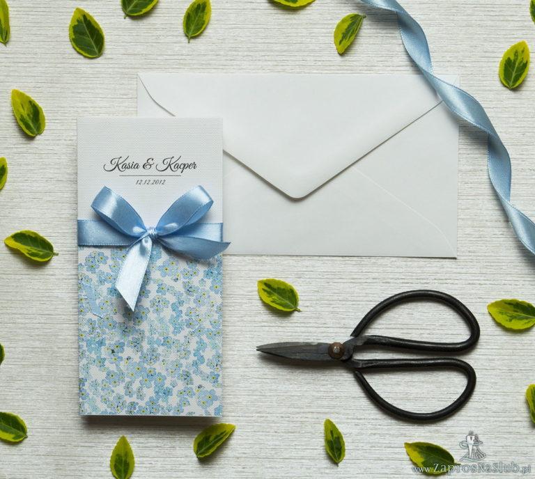 Zjawiskowe zaproszenia ślubne z niezapominajkami, przewiązane wstążką satynowaną w kolorze błękitnym. ZAP-92-05 - ZaprosNaSlub