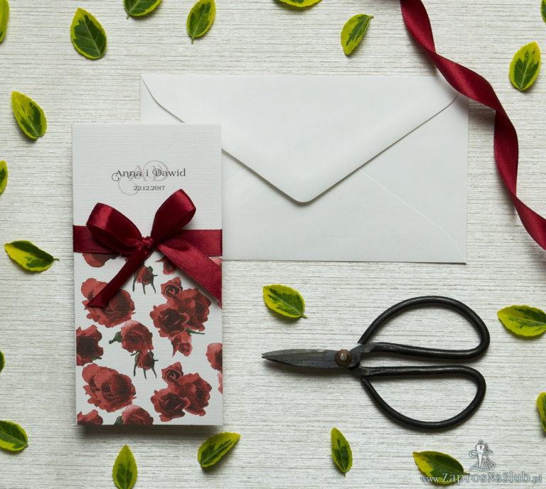 Zjawiskowe zaproszenia ślubne z czerwonymi różami, przewiązane wstążką satynowaną w kolorze bordowym. ZAP-92-06 - ZaprosNaSlub