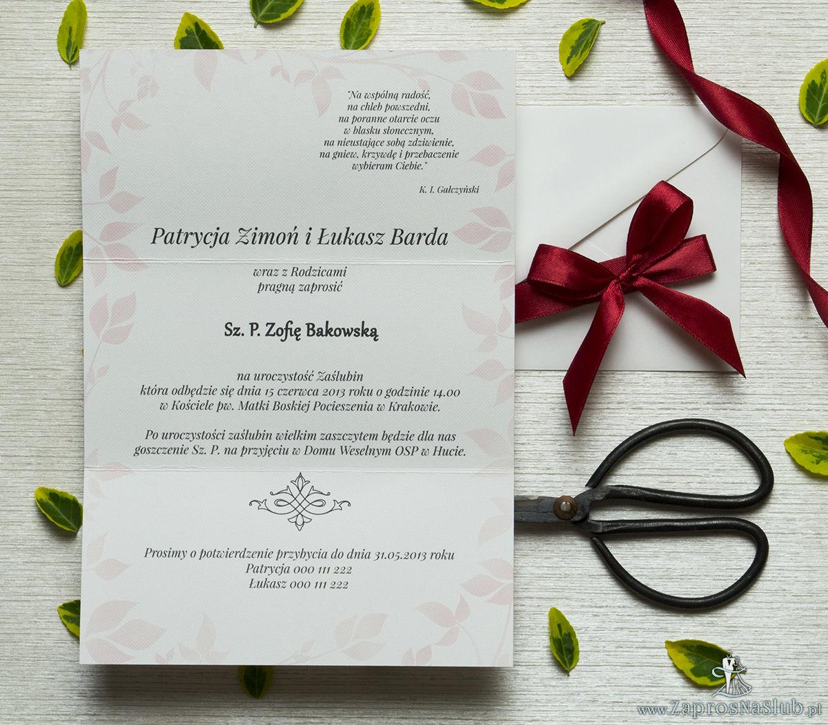 Zjawiskowe zaproszenia ślubne z czerwonymi różami, przewiązane wstążką satynowaną w kolorze bordowym. ZAP-92-06