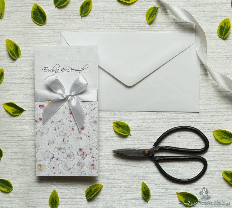 Zjawiskowe zaproszenia ślubne z różowo-białymi kwiatami, przewiązane wstążką satynowaną w kolorze białym. ZAP-92-07 - ZaprosNaSlub