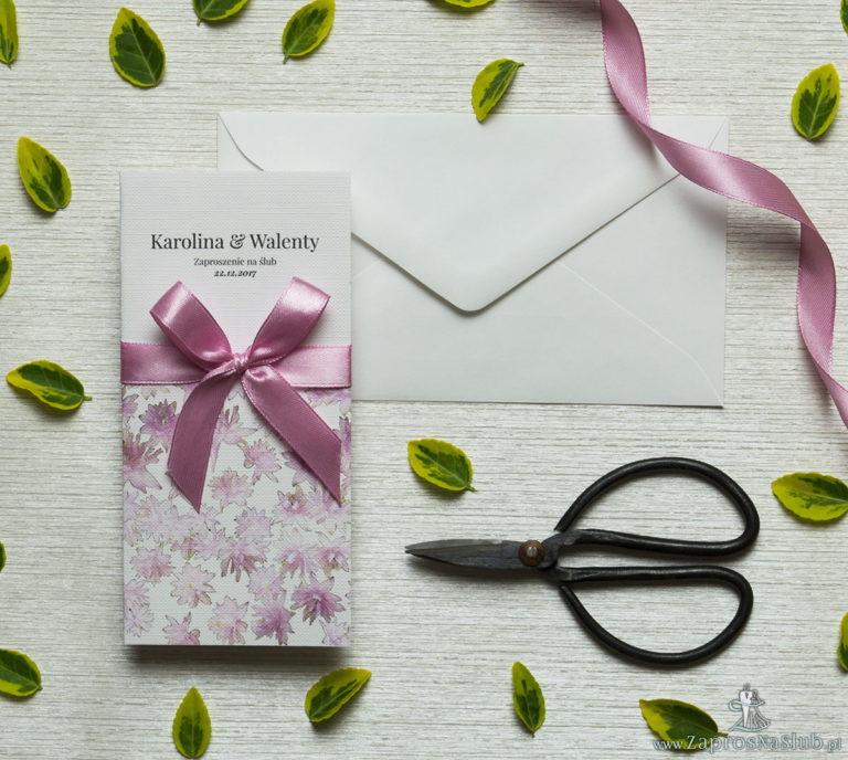 Zjawiskowe zaproszenia ślubne z różowymi kwiatami, przewiązane wstążką satynowaną w kolorze brudny róż. ZAP-92-09 - ZaprosNaSlub