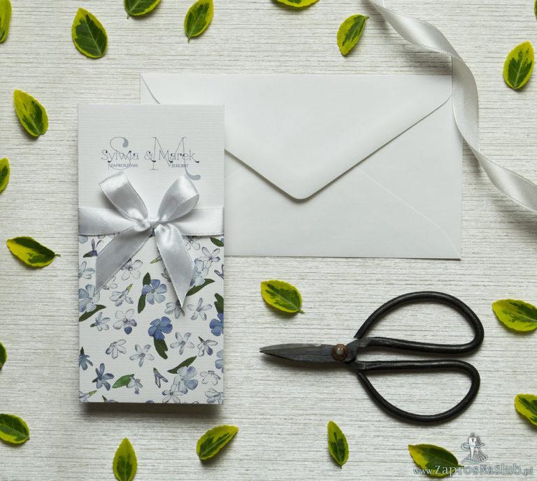 Zjawiskowe zaproszenia ślubne z niebiesko-białymi kwiatami, przewiązane wstążką satynowaną w kolorze białym. ZAP-92-10 - ZaprosNaSlub