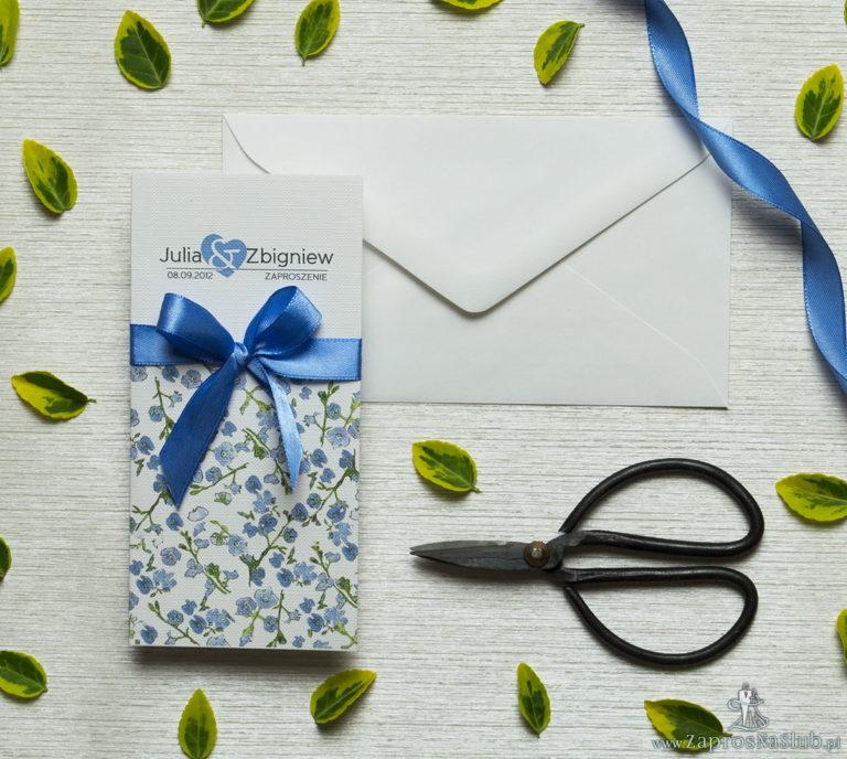 Zjawiskowe zaproszenia ślubne z niebiesko-zielonymi kwiatami, przewiązane wstążką satynowaną w kolorze niebieskim. ZAP-92-11 - ZaprosNaSlub
