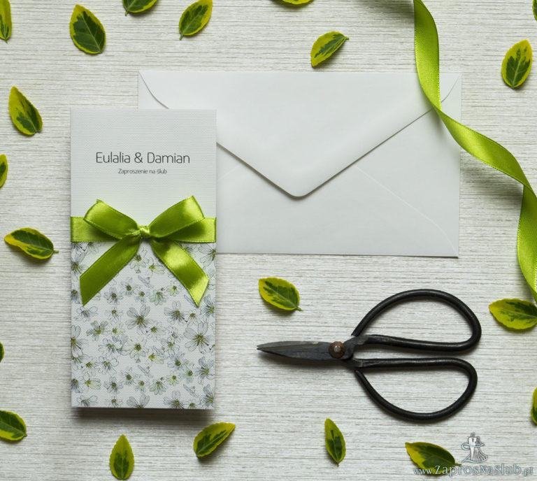 Zjawiskowe zaproszenia ślubne z pięknymi, drobnymi, jasnymi kwiatami, przewiązane wstążką satynowaną w kolorze pistacjowym. ZAP-92-12 - ZaprosNaSlub