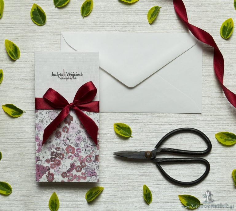 Zjawiskowe zaproszenia ślubne z goździkami w odcieniach różu, czerwieni i bieli, przewiązane wstążką satynowaną w kolorze ciemnoczerwonym. ZAP-92-16 - ZaprosNaSlub