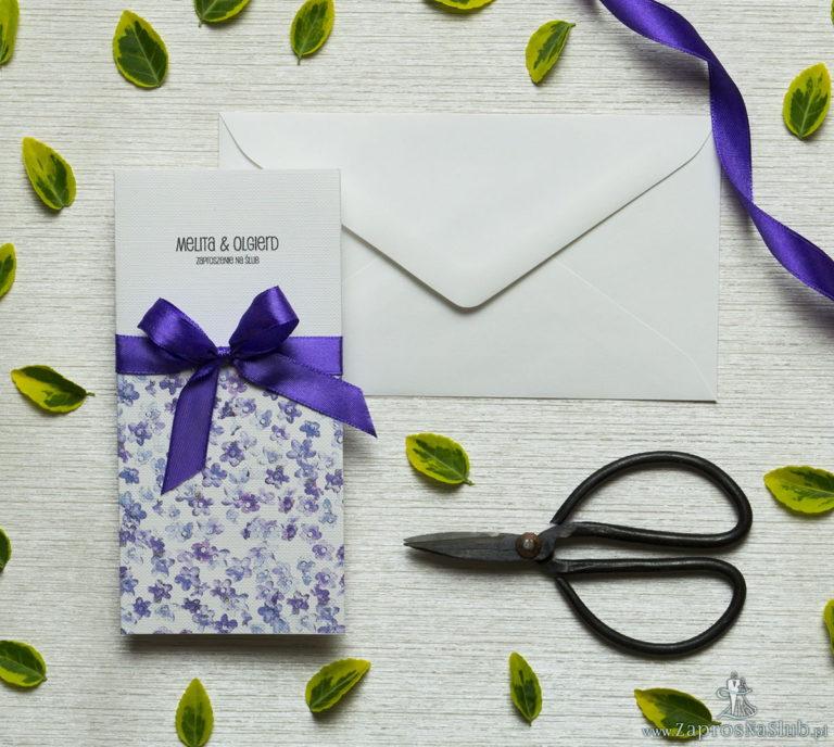Zjawiskowe zaproszenia ślubne z fioletowymi kwiatami polnymi, przewiązane wstążką satynowaną w kolorze ciemnofioletowym. ZAP-92-17 - ZaprosNaSlub