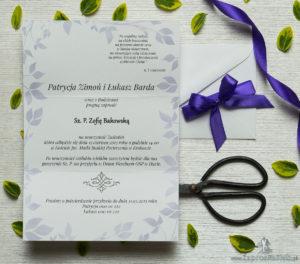 Zjawiskowe zaproszenia ślubne z fioletowymi kwiatami polnymi, przewiązane wstążką satynowaną w kolorze ciemnofioletowym. ZAP-92-17