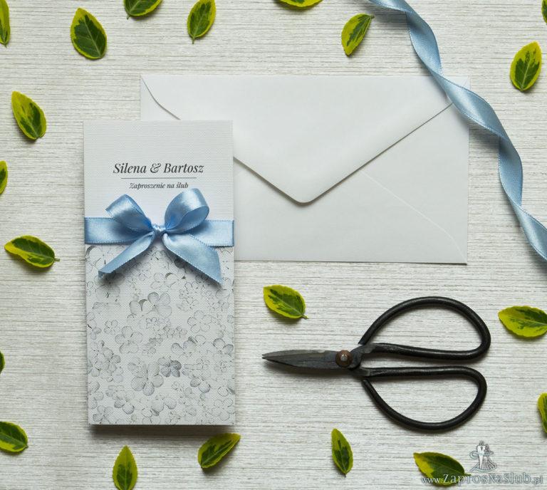 Zjawiskowe zaproszenia ślubne z białymi kwiatami kaliny, przewiązane wstążką satynowaną w kolorze błękitnym. ZAP-92-18 - ZaprosNaSlub